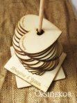 Egyedi vendégkönyv rúdra fűzhető fa szívecskékkel
