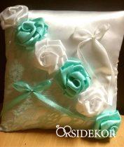Romantikus gyűrűpárna virágokkal díszítve