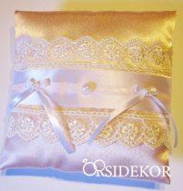 Gyűrűpárna pasztellrózsaszín alapon csipkével, szalaggal és gyönggyel