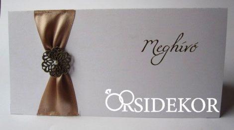 Esküvői meghívó szalaggal és fém virágdísszel