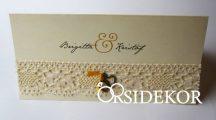 Esküvői meghívó csipkével és fém szívvel