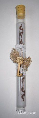 Kémcsöves esküvői meghívó jutával és fa kulccsal díszítve