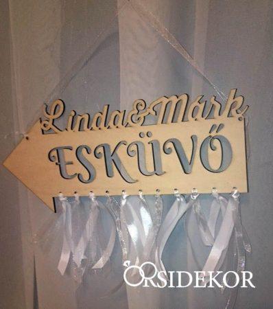 Névre szóló irányítótábla esküvőre fából