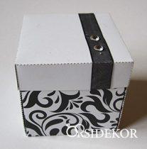 Dobozos esküvői meghívó szalaggal és strasszal díszített, mintás dobozban, 7x7 cm