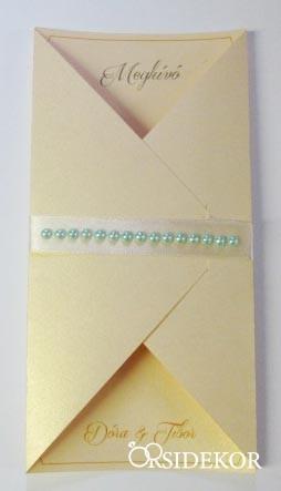 Esküvői meghívó szalaggal és gyöngyökkel díszítve
