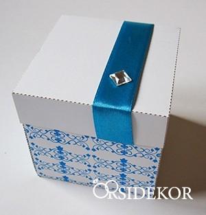 Dobozos esküvői meghívó szalaggal és strasszal, 7x7 cm