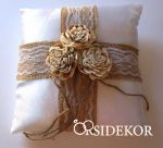 Juta gyűrűpárna vintage stílusban csipkével és rusztikus virággal